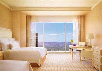 1 King Wynn Dream Bed With Pillow Top Mattress Fine European Linens Floor To Ceiling Windows Views Of Golf Course Or Las Vegas Strip